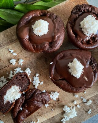 Lækre svampede protein brownie muffins med et twist af Bounty