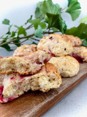 Protein scones med hindbær og chokolade