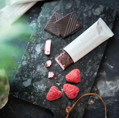 MUST Essentials Beauty Collagen Bar m. Verisol® – Mørk chokolade/hindbær (35 g, 24 stk.)